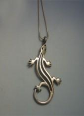colgante salamandra de plata, que puedes comprar en nuestra TIENDA ONLINE